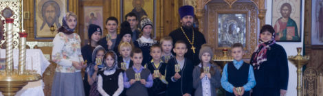 Учащиеся Петровской средней школы в Казанском храме с. Петровское